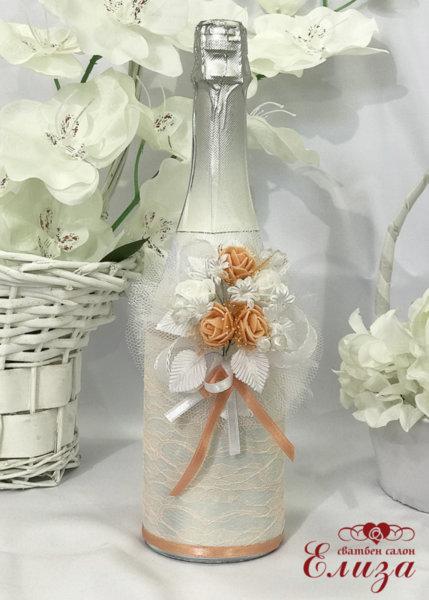 Украсено сватбено шампанско в бяло и праскова 18